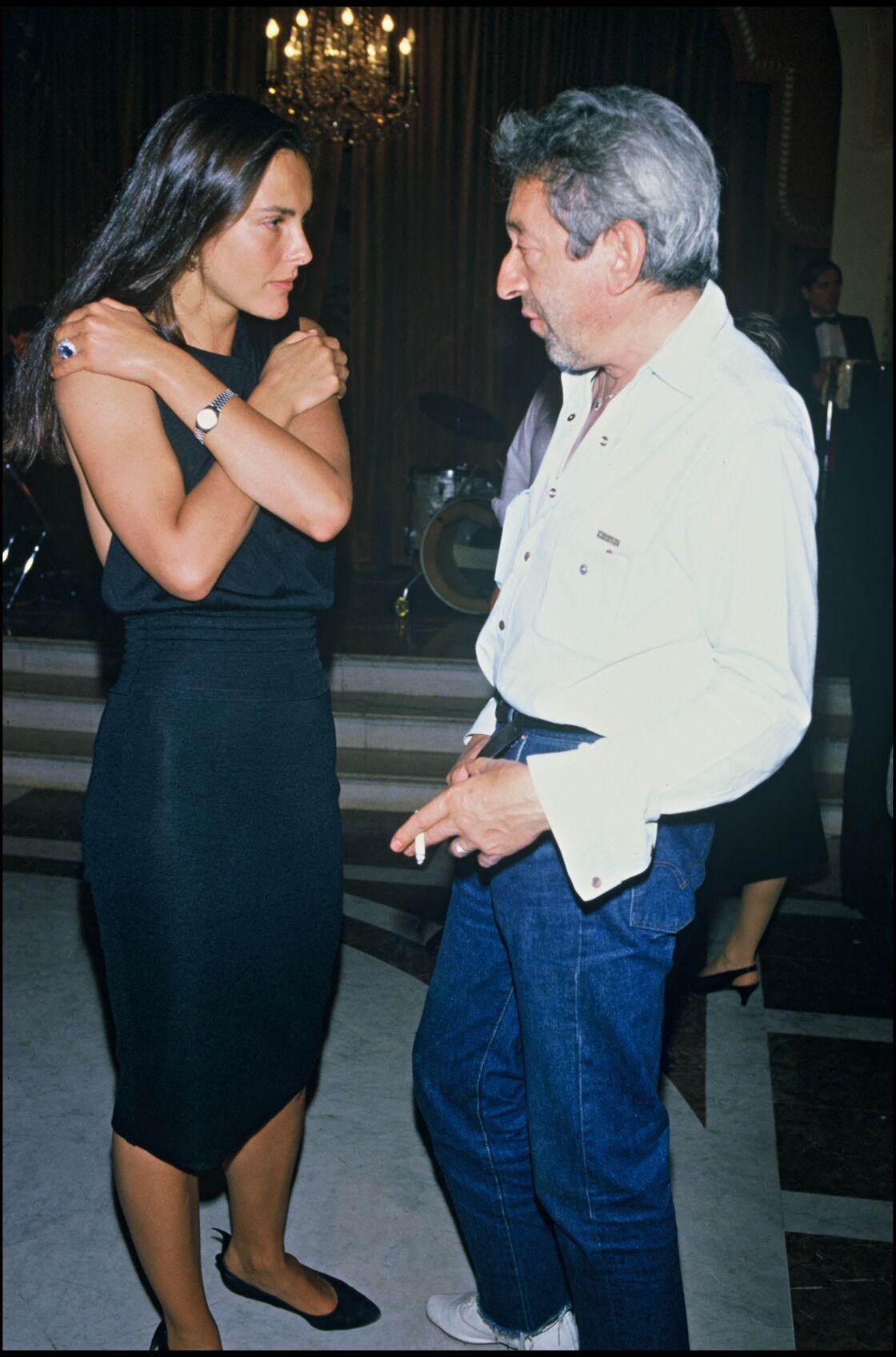 Serge Gainsbourg et ses pièces fétiches : un jean brut et une chemise blanche ample. Deux pièces devenues intemporelles pour l'homme et la femme