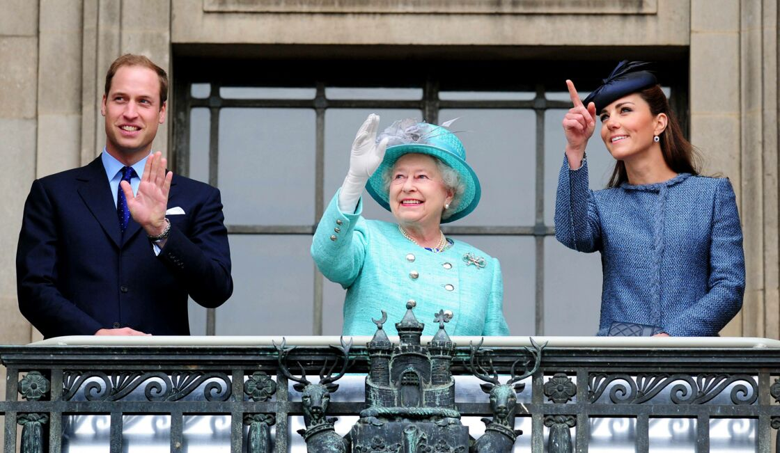 Le prince William, Sa Majesté Elizabeth II et Kate Middleton à Nottingham le 13 juin 2012