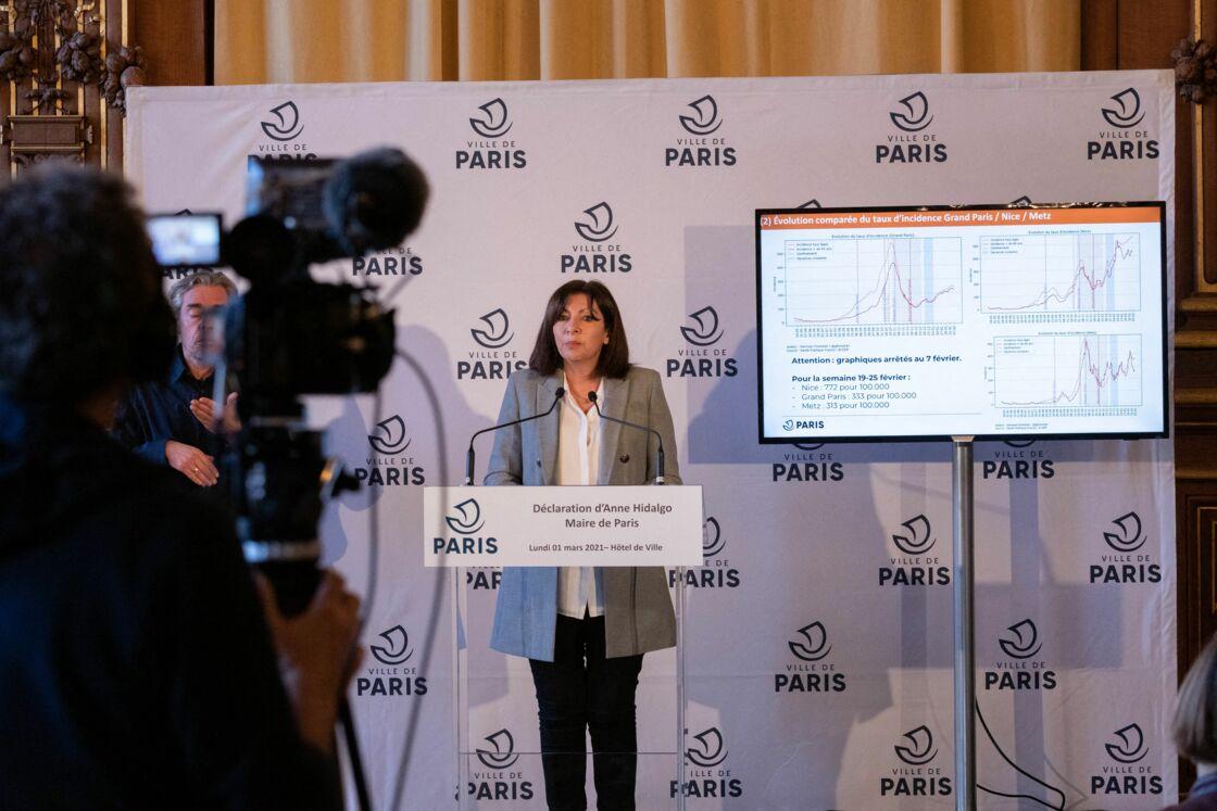 La maire de Paris, Anne Hidalgo lors d'une conférence de presse sur la Covid-19 à l'hôtel de ville de Paris, France, le 1er mars 2021.