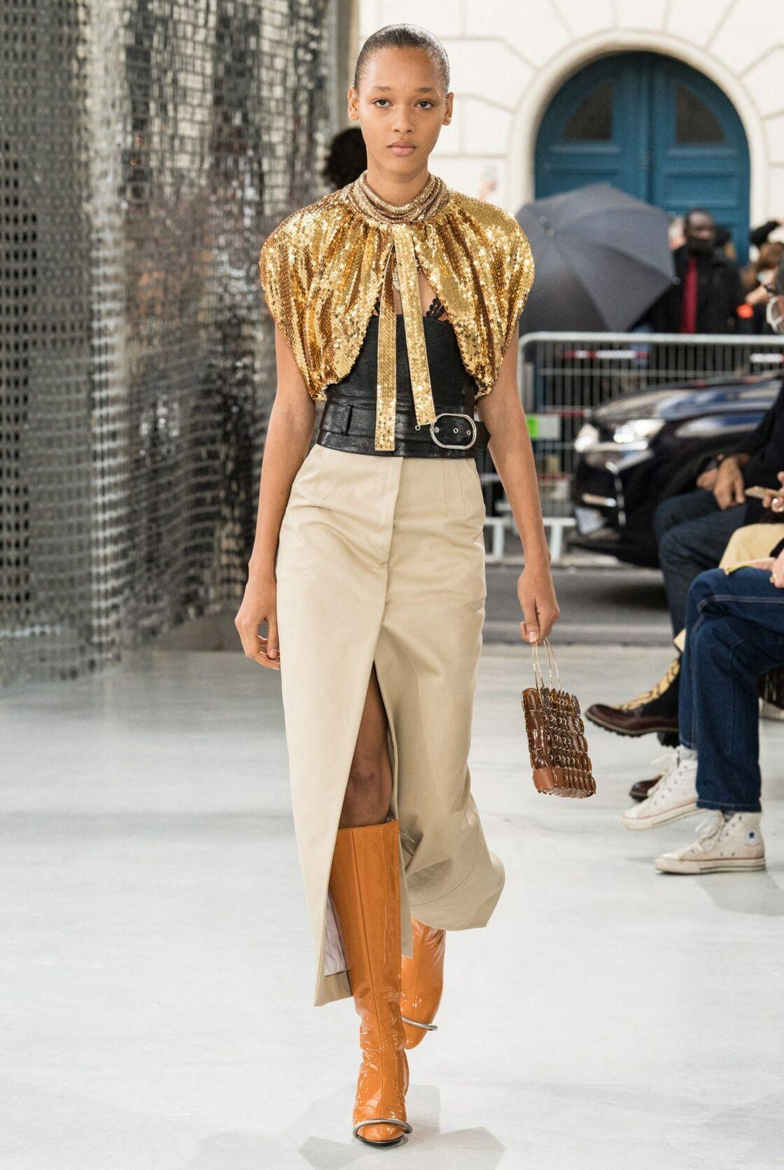Mixer ungilet doré à un top de lingerie, c'est le style chic de Paco Rabanne pour cet été 2021