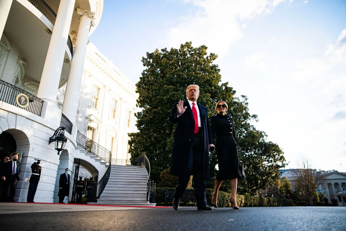 Melania Trump tout sourire en quittant la Maison Blanche avec son mari le 20 janvier 2021