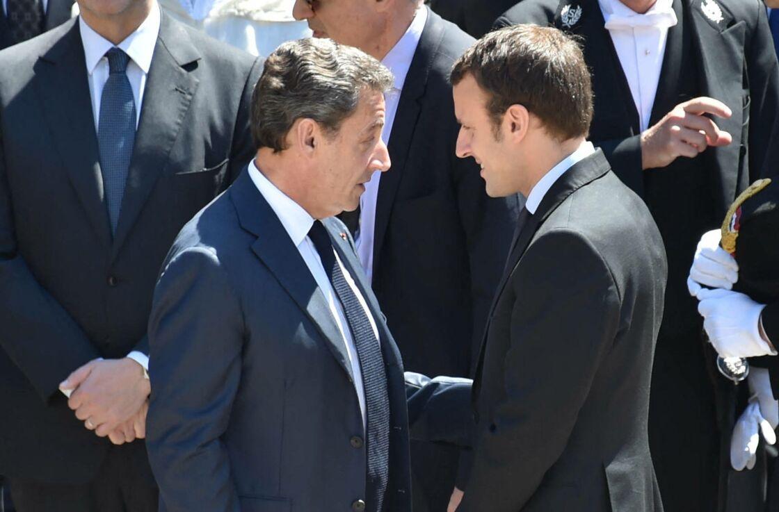 Nicolas Sarkozy et Emmanuel Macron lors de la cérémonie d'hommage national à Michel Rocard dans la cour d'honneur de l'Hôtel National des Invalides à Paris, le 7 juillet 2016.