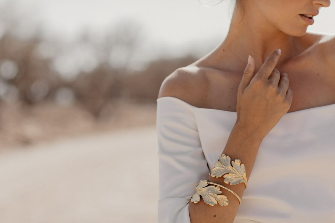 La marque de robe de mariée Victoire Vermeulen propose à ses clientes une collection de bijoux et accessoires originaux.