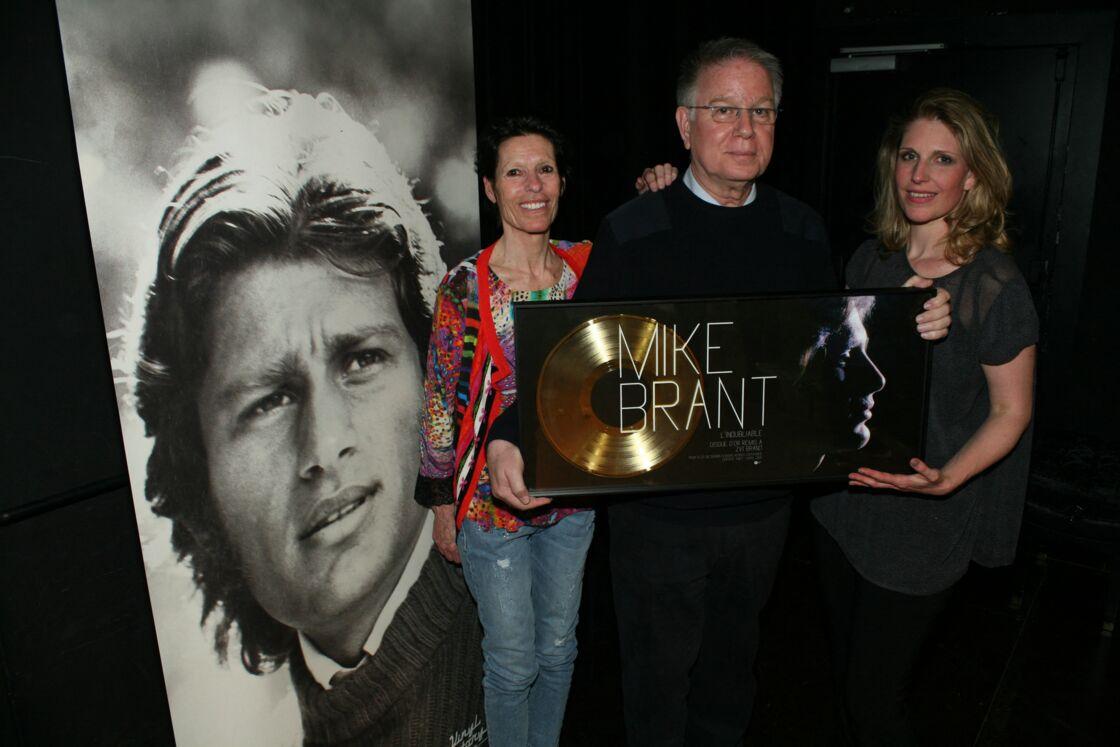 Zvi, Yona et Corinne - Amaury Vassili rend hommage à Mike Brant lors d'un concert et remet un disque de platine à la famille du défunt chanteur pour le 40ème anniversaire de sa mort au 118 chez Warner Music France, le 24 avril 2015.