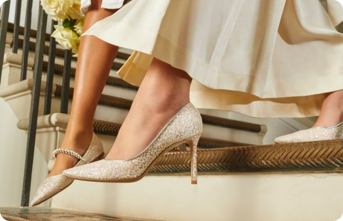 Chaussures plates, à talons aiguilles, bijoutées, brillantes ou satinées, les chaussures de mariée de Jimmy Choo permettent tout !