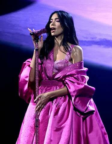 Dua Lipa en cape fuschia Versace aux Grammy Awards 2021