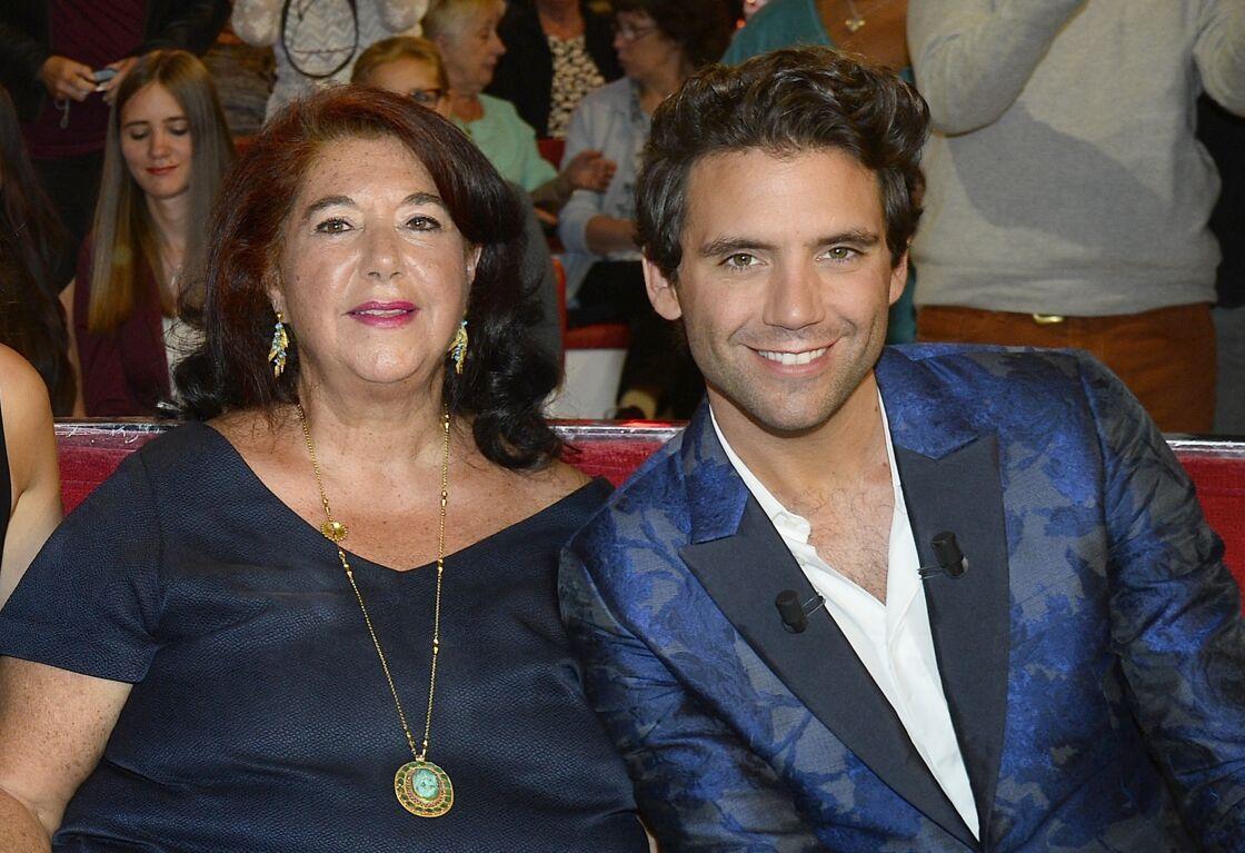 Le chanteur Mika et sa mère sur le plateau de Vivement Dimanche le 9 septembre 2015