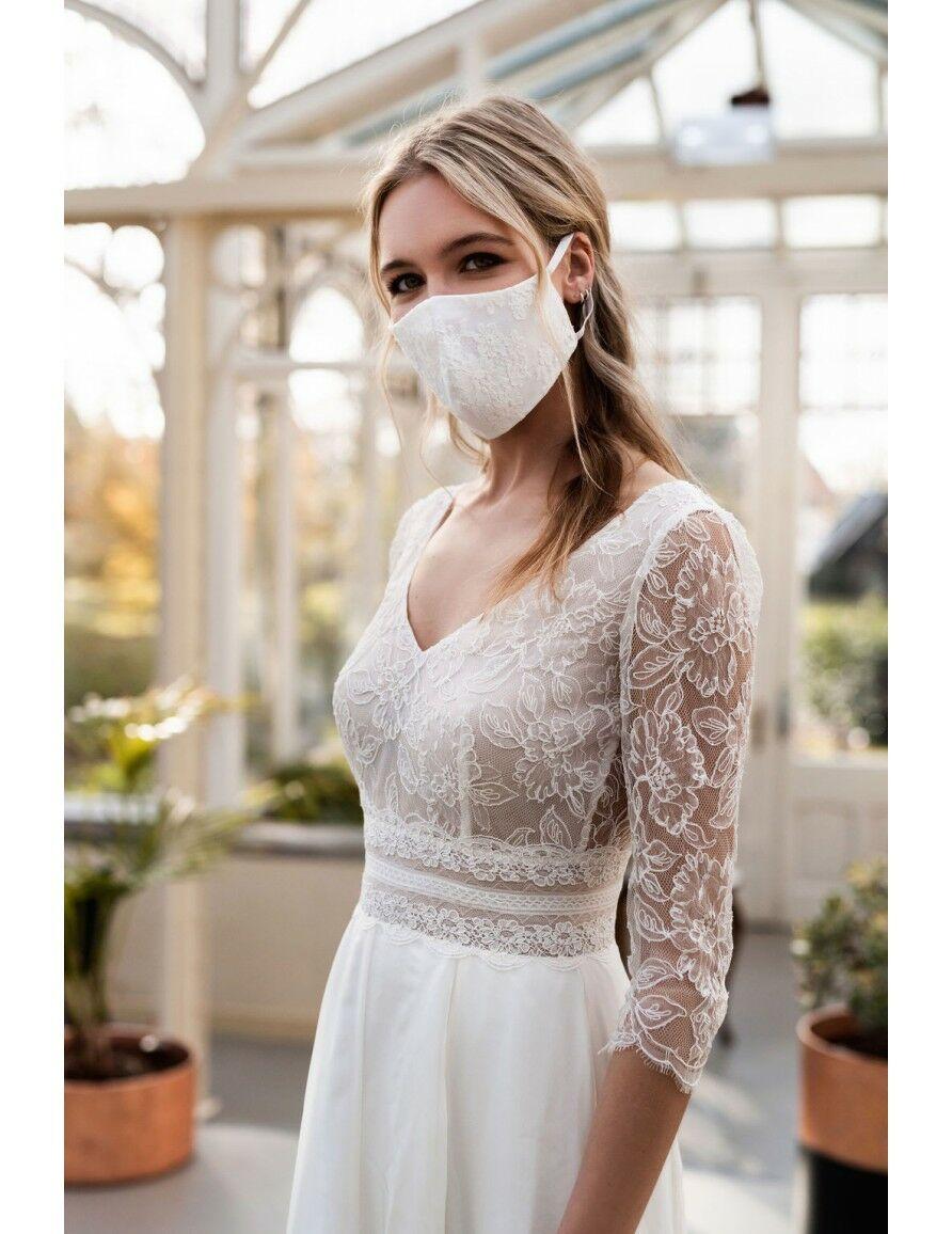 Les créateurs s'adaptent à cette saison plus maussade et font preuve d'imagination pour accompagner les mariées.