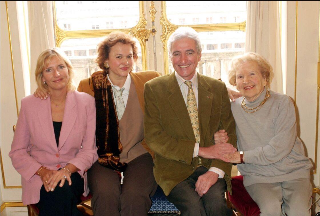 Clémentine Dabadie, sa belle-mère Véronique, son père Jean-Loup et sa propre mère Betty, en 2004