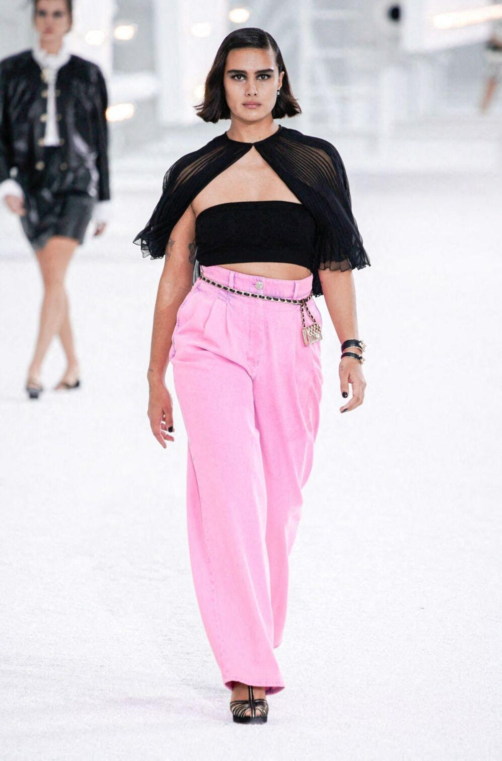 Le rose se porte façon pantalon large à mixer avec un top noir, comme ici chez Chanel