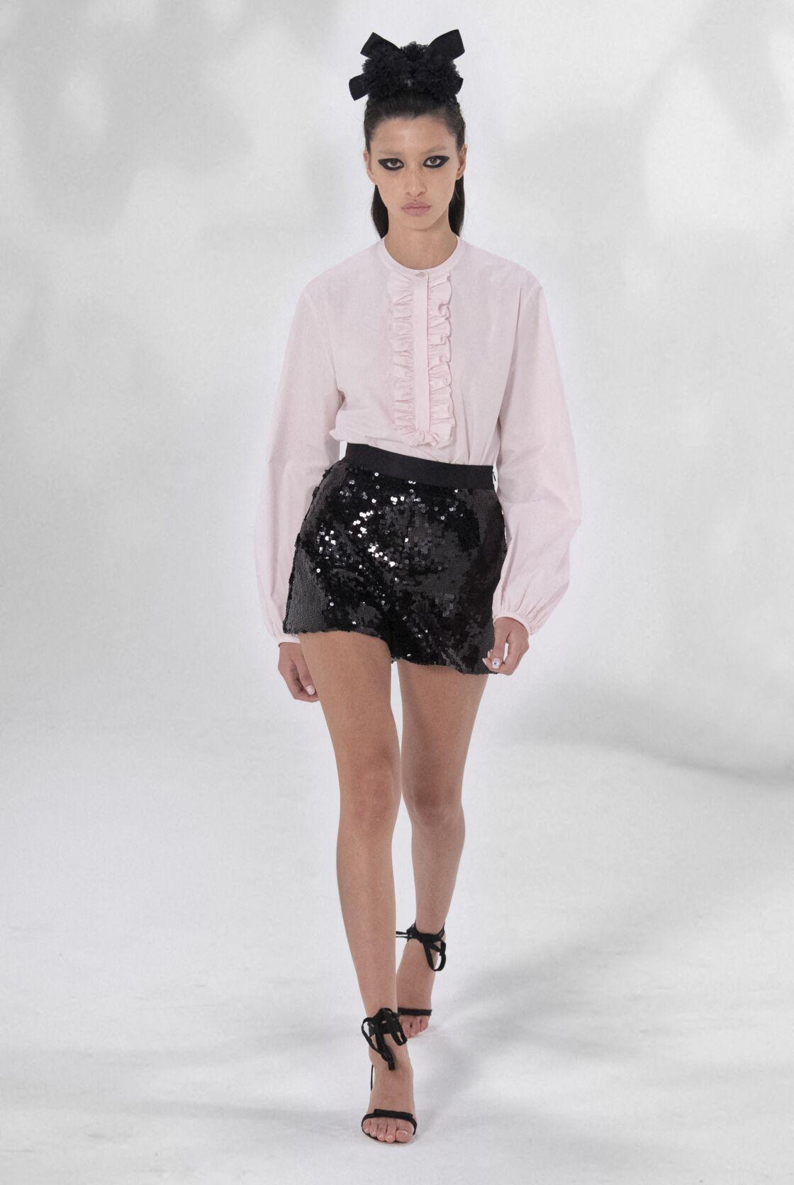 Comme chez Giambattista Valli, la chemise rose chic se porte à merveille avec une jupe courte glitter