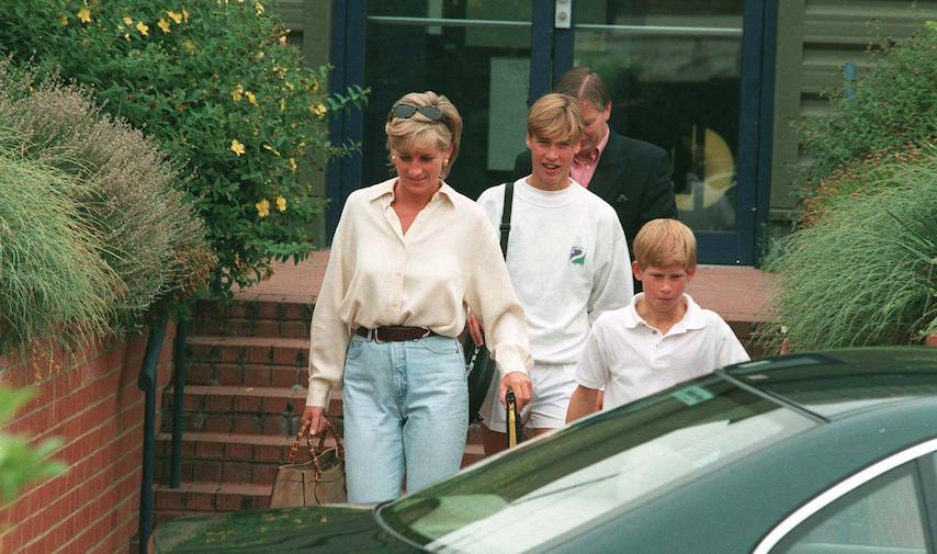 Diana sortant d'un club de sport londonien avec William et Harry, en septembre 1996, un an après la diffusion de l'émission Panorama. La princesse fait tout pour resserrer les liens avec ses fils, notamment William.