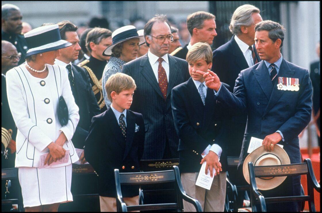 Diana célébrant le 50e anniversaire de la Victoire des Alliés, avec Harry, William et Charles, en août 1995... trois mois avant sa désastreuse interview à Martin Bashir.