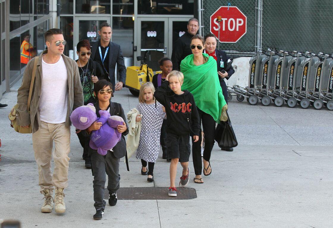 Brad Pitt, Angelina Jolie et leurs enfants à l'aéroport de Los Angeles, le 5 février 2014