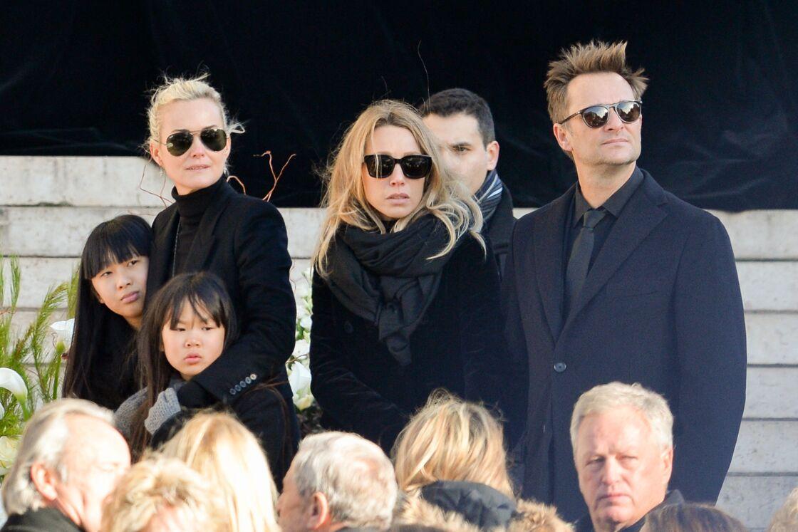 Laeticia Hallyday, Laura Smet et David Hallyday devant l'église de la Madeleine à Paris, le 9 décembre