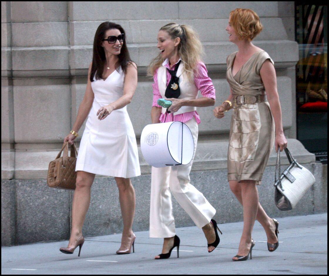 Pour une balade entre copines, Carrie Bradshaw associe une chemise rose à rayures à son tailleur blanc crème