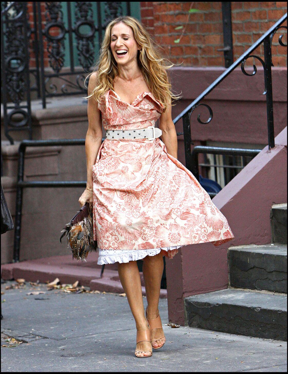 Adepte du mix and match, Carrie Bradshaw ceinture sa robe couture et complète sa tenue d'accessoires dépareillés