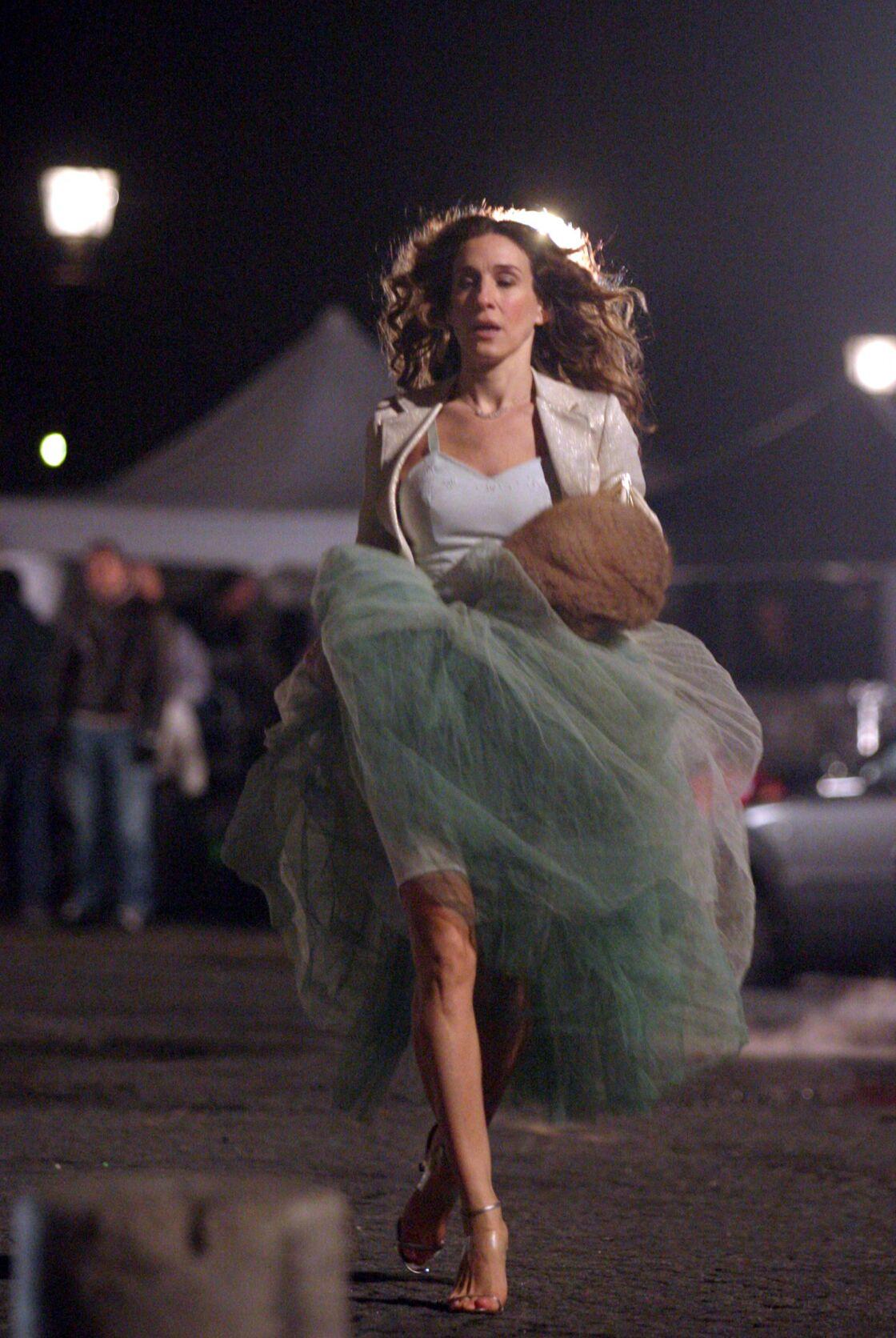 Dans la capitale, la férue de mode Carrie Bradshaw déambule en robe à volants et talons de 8cm toujours