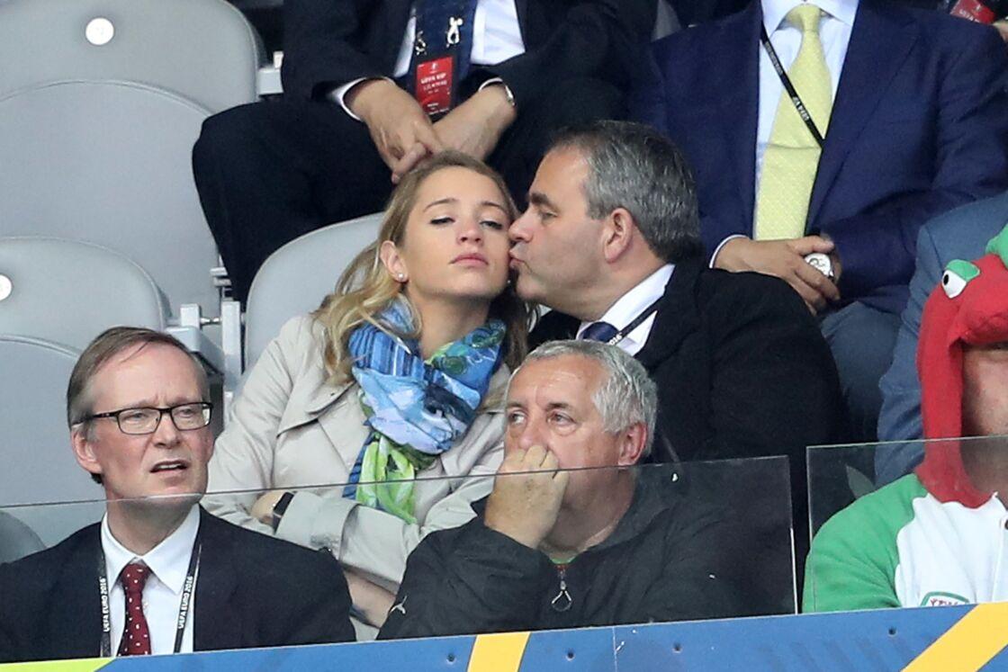 Xavier Bertrand et Vanessa Williot, complices dans les tribunes, lors du match de quarts de finale de l'Euro Belgique-Pays de Galles, à Lille, en juillet 2016.