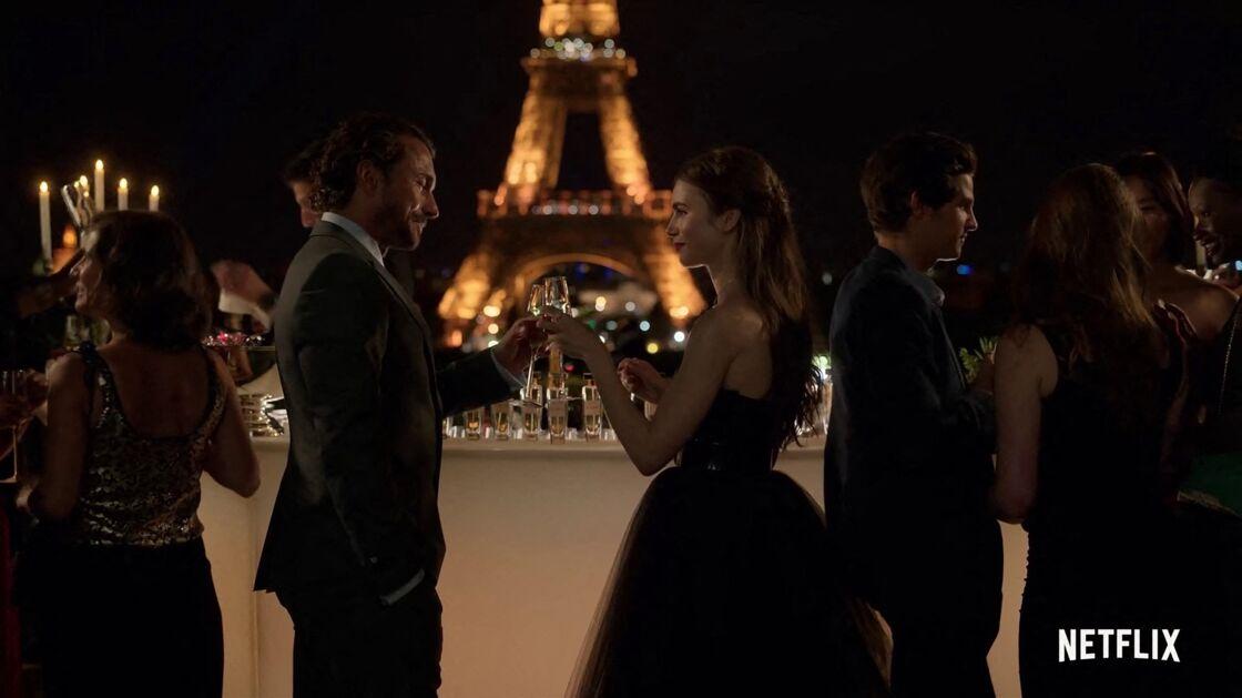 Hommage à Carrie Bradshaw : Lily Collins dans la peau d'Emily in Paris, s'inspire du célèbre personnage de Sex and The City dans cette jupe noire en tulle