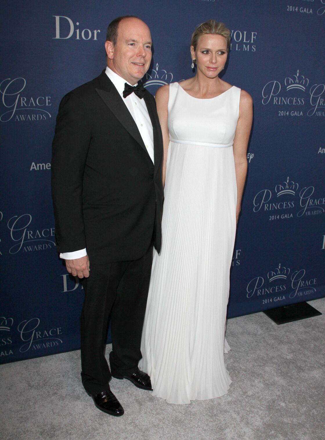 Charlene de Monaco en robe longue blanche taille empire lors de sa grossesse
