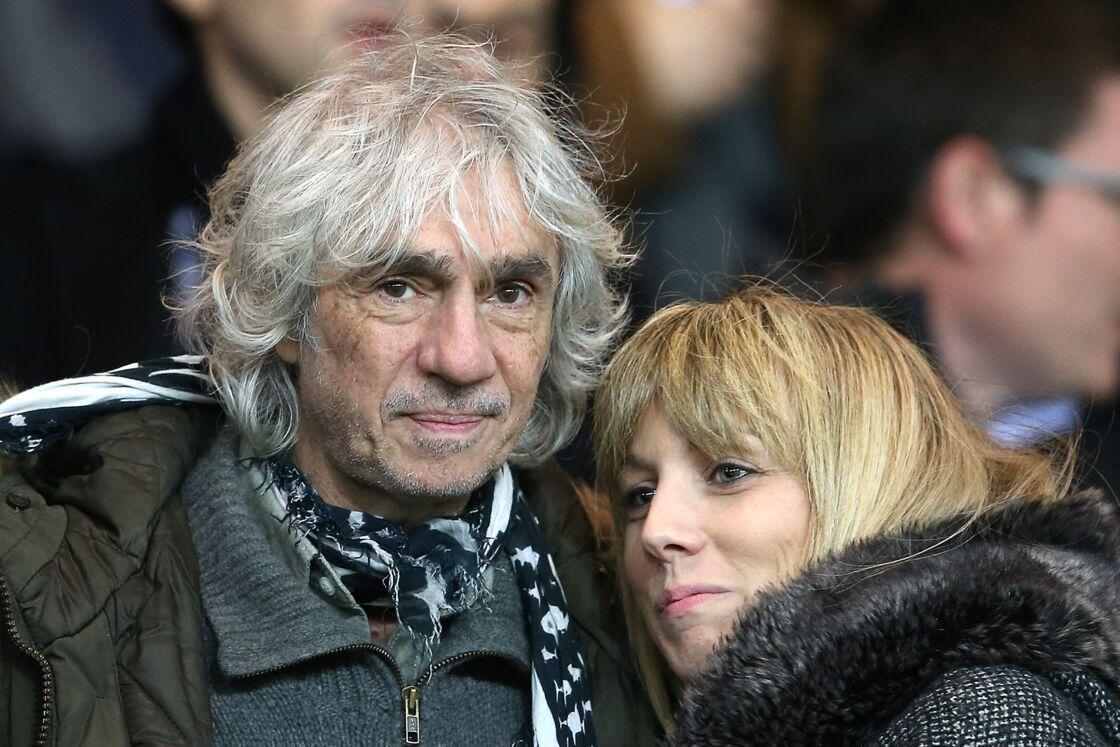 Louis Bertignac et sa compagne Laeticia - People au match de coupe de la ligue entre le Psg et Toulouse au Parc des Princes à Paris le 27 janvier 2016