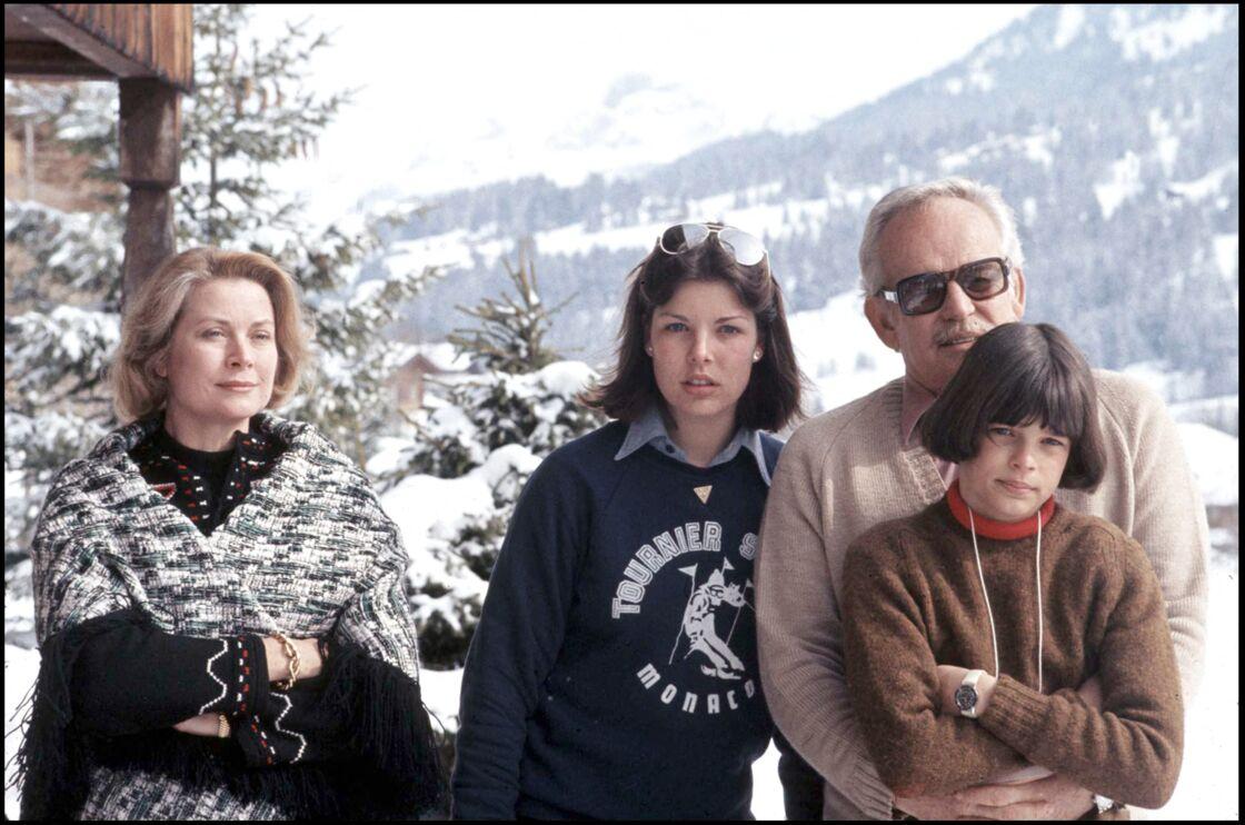Le prince Rainier, Grace Kelly et les princesses Caroline et Stephanie à Gstaad