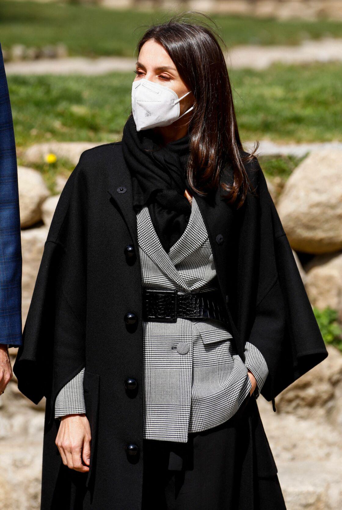 El 26 de marzo de 2021, Letizia, de España, mezcla su cinturón corsé con su blazer Príncipe de Gales.