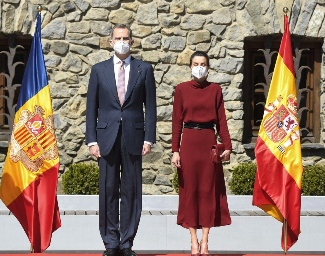 Le 25 mars 2021, Letizia d'Espagne ceinture sa robe longue fluide Massimo Dutti d'une ceinture large Burberry.