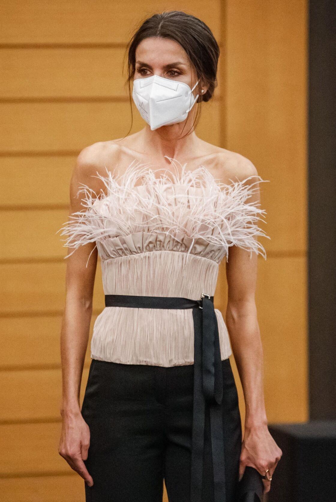 Letizia de España también opta por la cinta de raso negro para marcar su talla