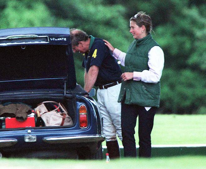 Charles et Tiggy Legge-Bourke, tactiles, en 1999. La nounou s'apprête à quitter la famille royale. Elle va se marier.