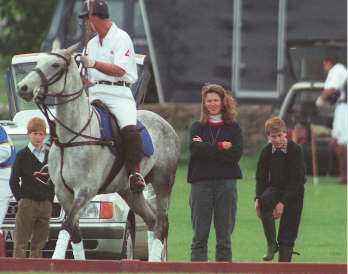 Tiggy Legge-Bourke, avec Charles, William et Harry, en marge d'un match de polo, en 1995. Avec Diana, l'héritier de la Couronne se dirige vers un divorce. Ils vivent déjà séparément. Tiggy est une