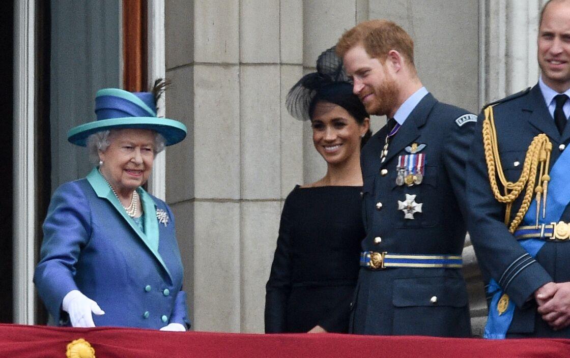 La reine Elisabeth II d'Angleterre, Meghan Markle et le prince Harry lors du centième anniversaire au palais de Buckingham à Londres, le 10 juillet 2018