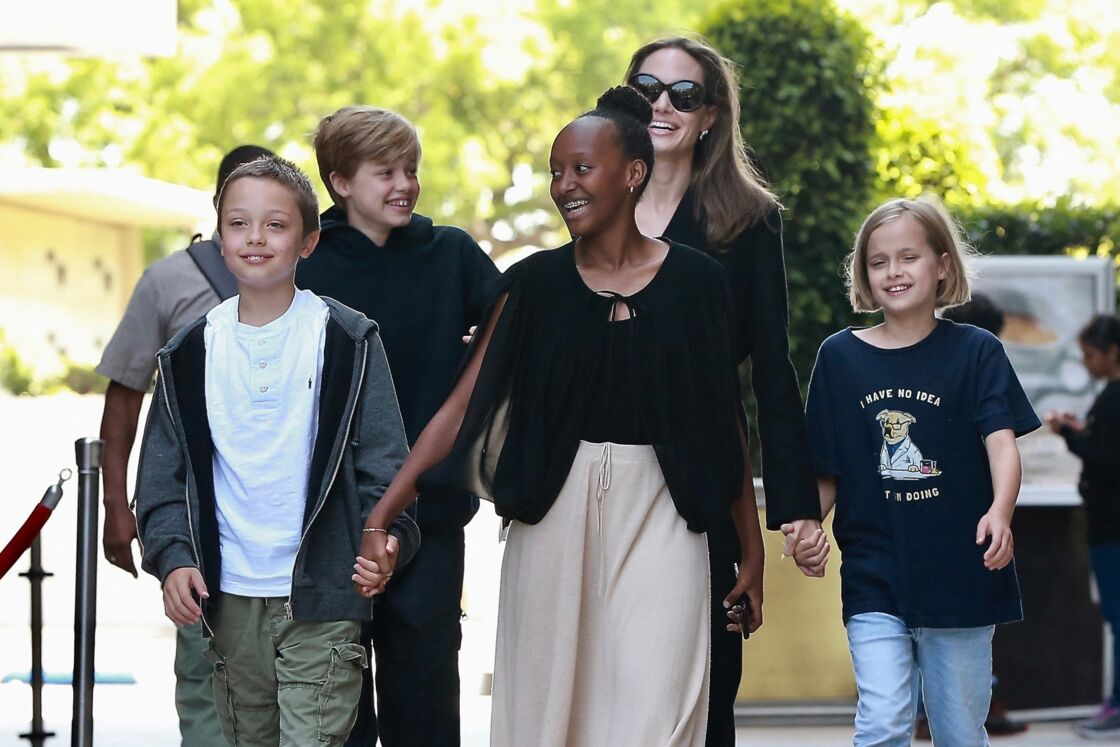 Angelina Jolie et ses quatres enfants Vivienne, Zahara, Knox et Shiloh sortent d'un cinéma à Los Angeles, en août 2018.