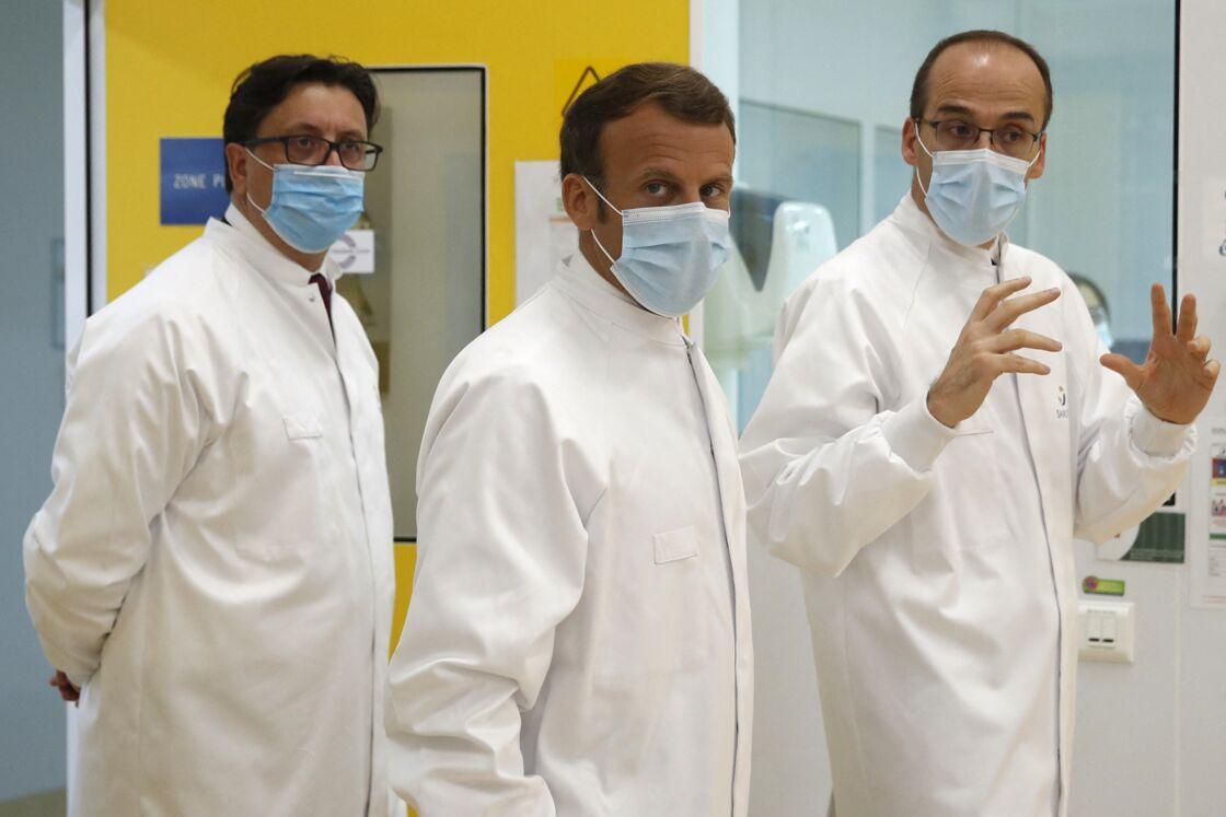Le président Emmanuel Macron, lors de la visite d'un laboratoire de développement industriel et échanges autour de la recherche d'un vaccin contre le Covid-19, sur le site de Sanofi à Marcy-l'Etoile (Rhône), en juin 2020.