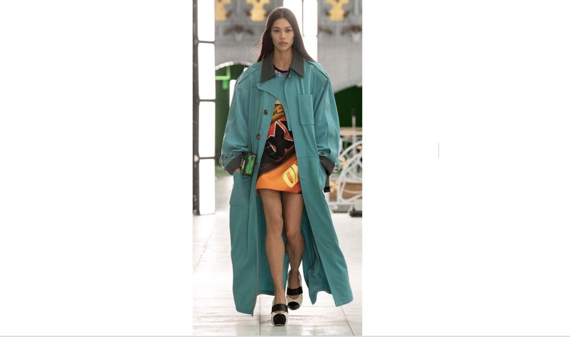 Trench oversize, Collection printemps-été 2021 Louis Vuitton.