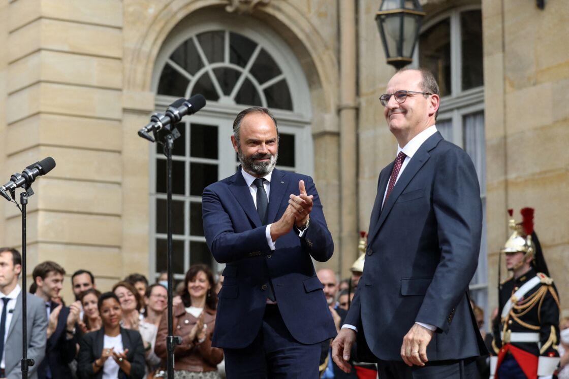 Édouard Philippe applaudissant Jean Castex à Matignon lors de la passation de pouvoirs le 3 juillet 2020