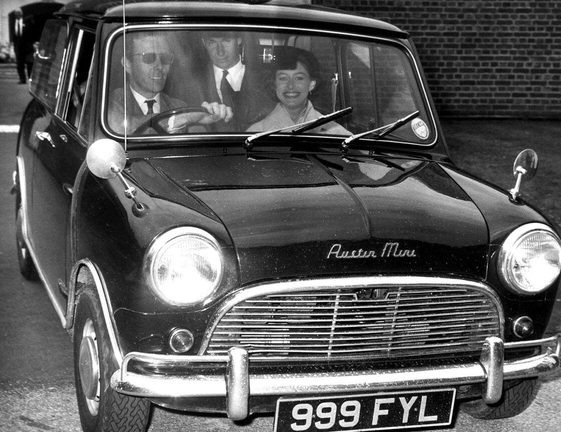 Antony Armstrong-Jones, au volant, avec la princesse Margaret en juin 1964.