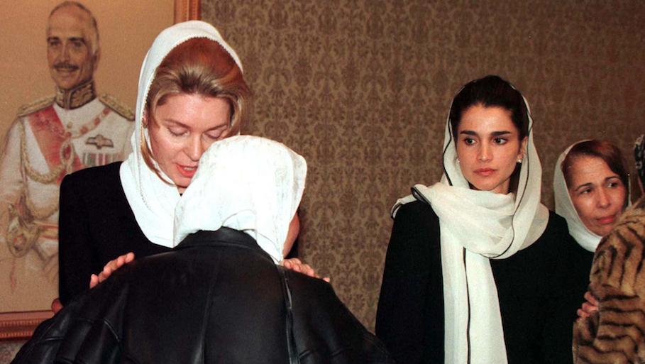 La reine Noor recevant des condoléances après la mort du roi Hussein, avec Rania à ses côtés, en 1999.