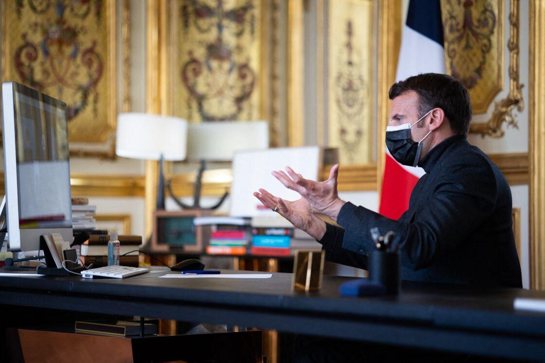 Emmanuel Macron s'entretient en vidéoconférence, avec le directeur, des enseignants et des enfants de l'école Itard située à Oraison, au palais de l'Elysée à Paris, France, le 6 avril 2021.