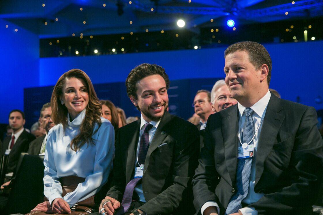 Rania et Abdallah II de Jordanie, avec leur fils aîné, le prince héritier Hussein, au forum de Davos en 2018. Le prince Hamzah, demi-frère d'Abdallah, vient de reconnaître l'ordre de succession qui n'avait rien d'acquis...
