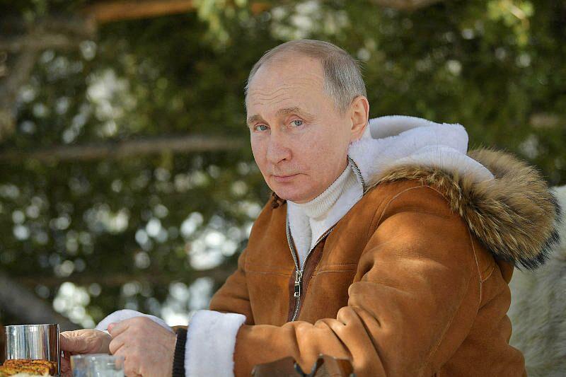 Le président russe Vladimir Poutine dans une forêt de la taïga en Sibérie, Russie, le 21 mars 2021.