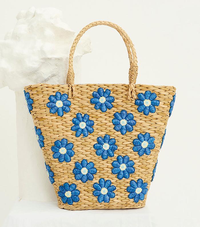 Cabas en paille et fleurs bleues