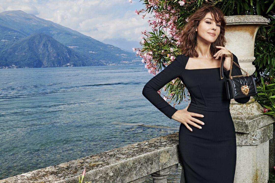 Monica Bellucci donne ses lettres de noblesse au Devotion Bag, le sac star de Dolce & Gabbana cet été 2021