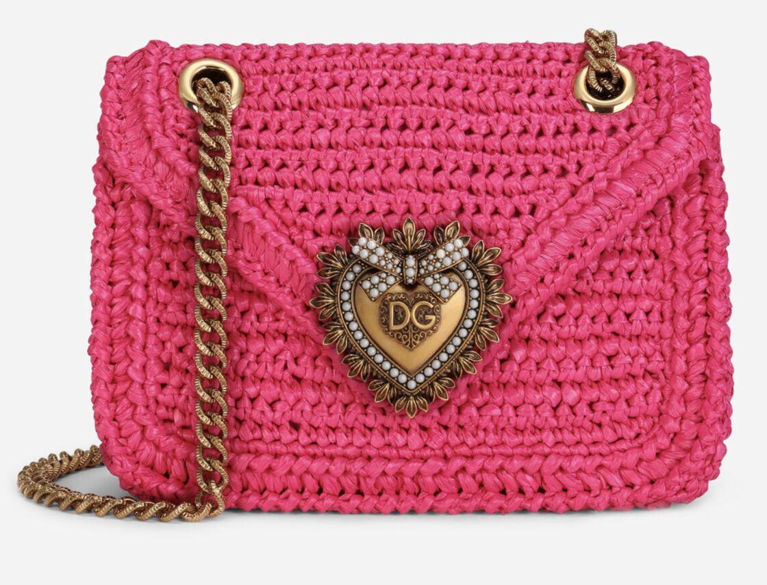 le sac Devotion de Dolce & Gabbana version rose, en raphia et crochet et moyen format à 1350 €.
