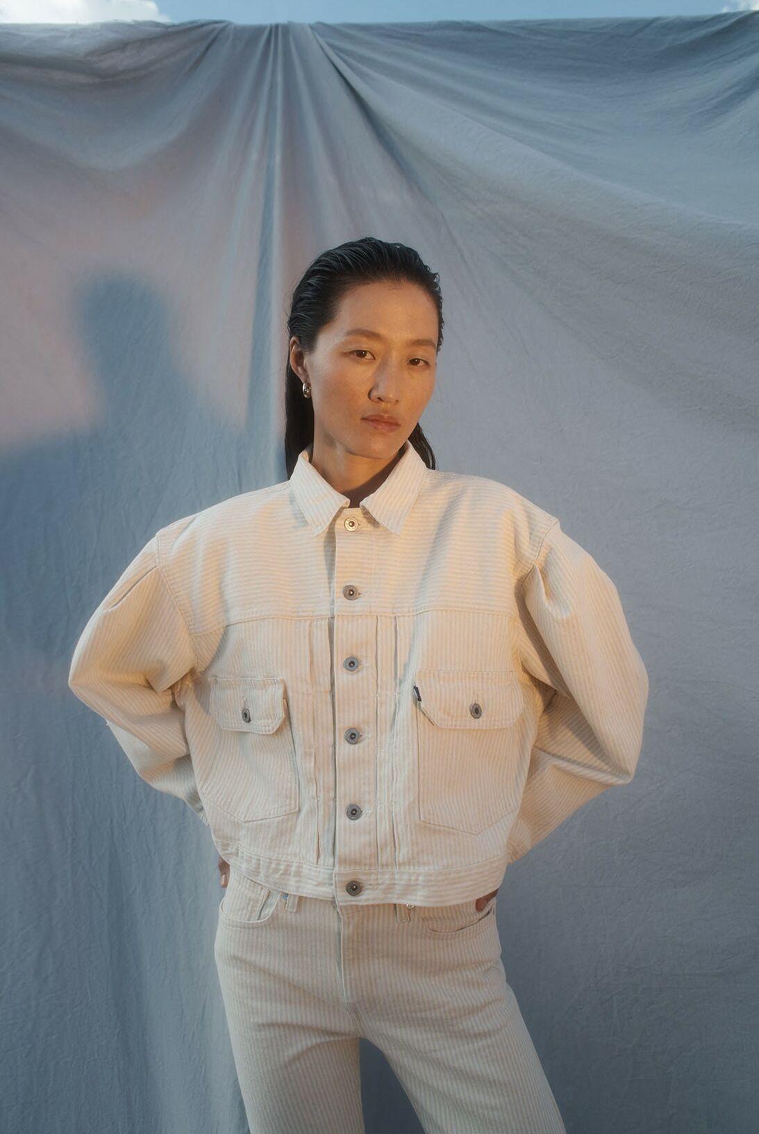 La veste en jean beige intègre la ligne printemps été 2021 des jeans Levi's