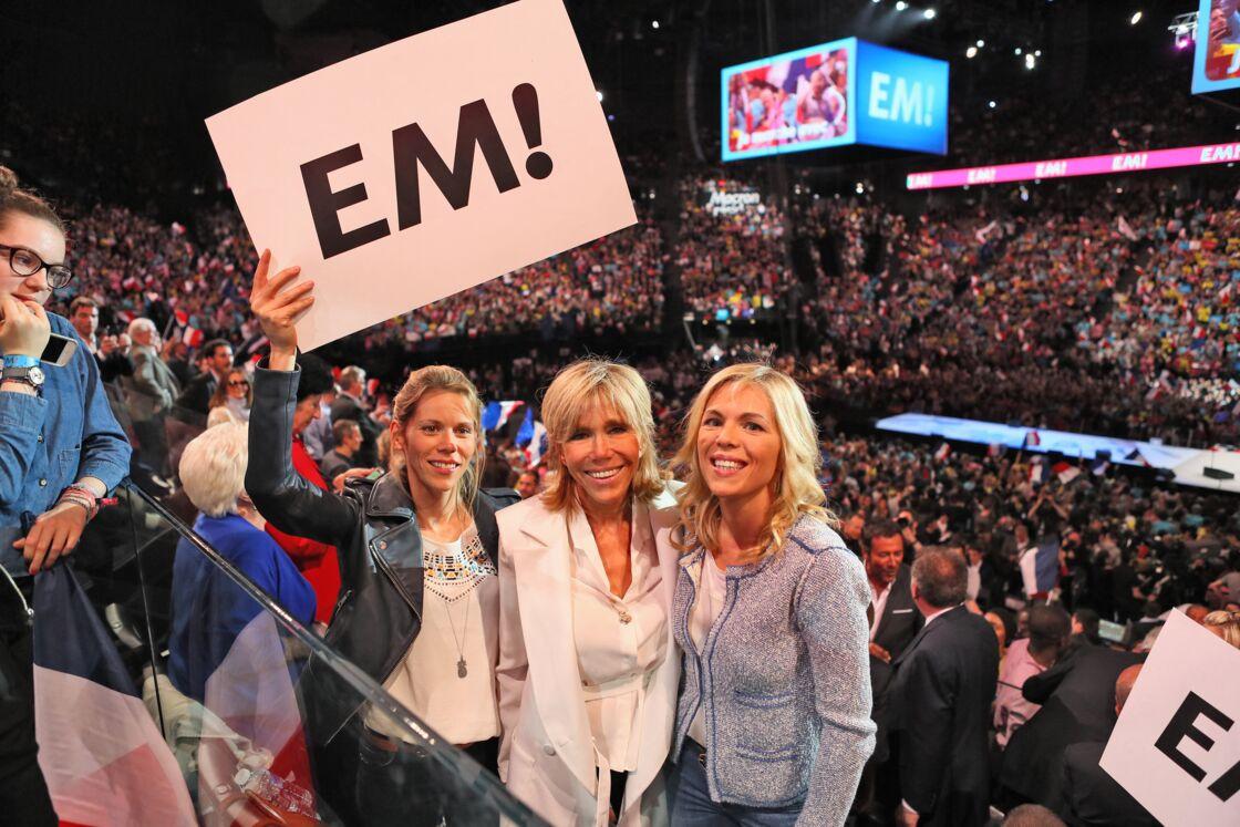 Brigitte Macron et ses deux filles, Tiphaine et Laurence Auzière, à l'AccorHotels Arena de Paris, le lundi 17 avril 2017