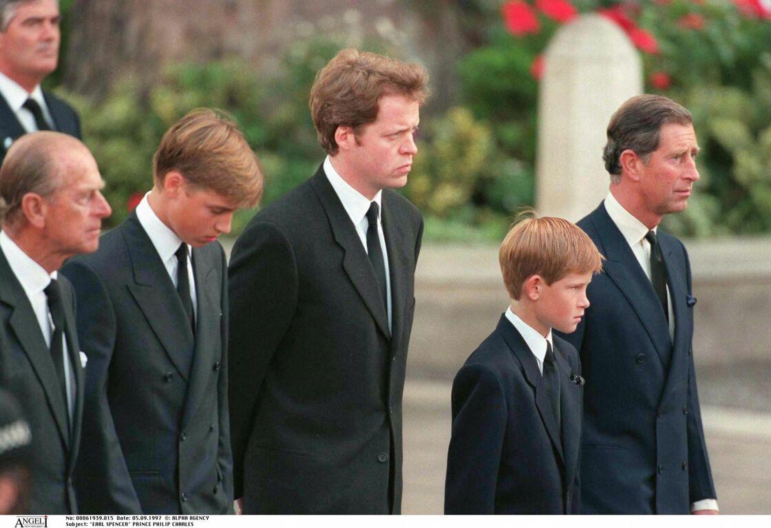 Le prince Philip, le prince William, Charles Spencer, le prince Charles et le prince Harry le 5 septembre 1997 à Londres, lors des funérailles de Lady Diana
