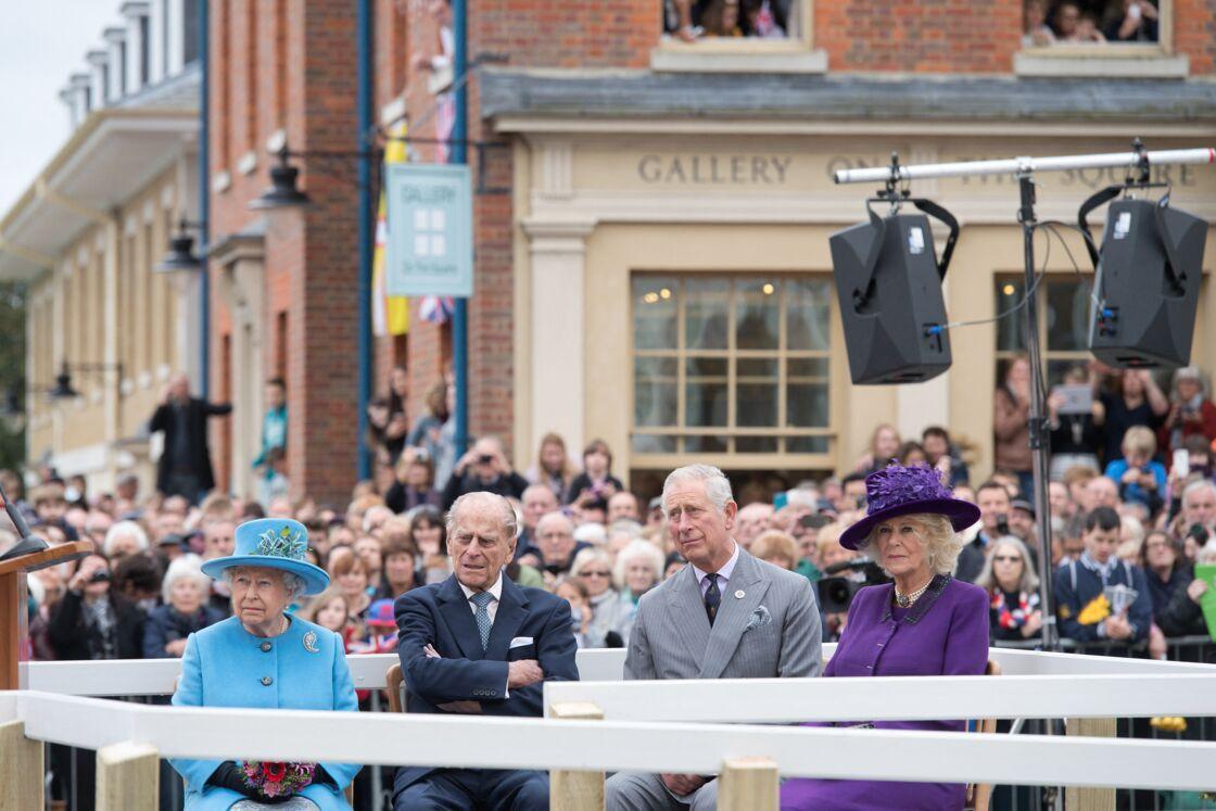La reine Elizabeth II et le prince Philip visitent Poundbury avec le prince Charles et Camilla Parker Bowles, le 27 octobre 2016.
