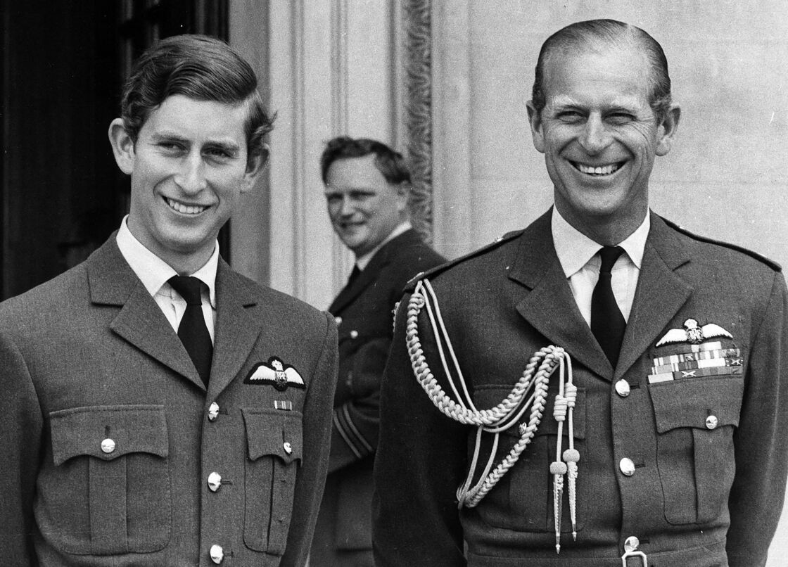 Le prince Philip, duc d'Edimbourg, et son fils le prince Charles lors d'une parade à Cranwell, en septembre 1971